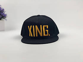 Кепка снэпбек King (черная с золотым лого)