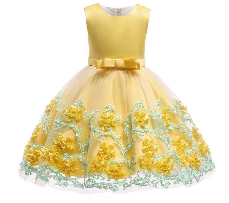 Платье с цветами на юбке желтое нарядное для девочки