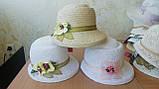Белая летняя шляпа с небольшими  полями из соломки с украшением, фото 6