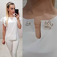 Блузка /блуза с брошью и рюшем на плечах, модель 166 ,цвет белый