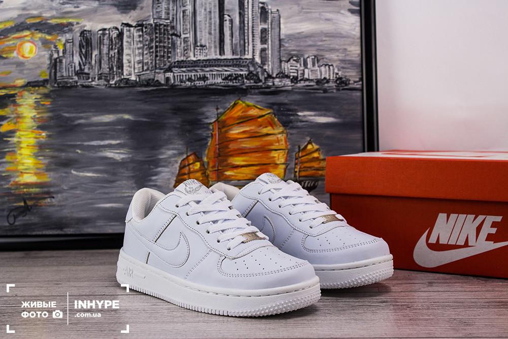 Женские кожаные кроссовки Nike Air Force 1 Low (Найк Эйр Форс Лоу) - белые, подростковые, с белым логотипом