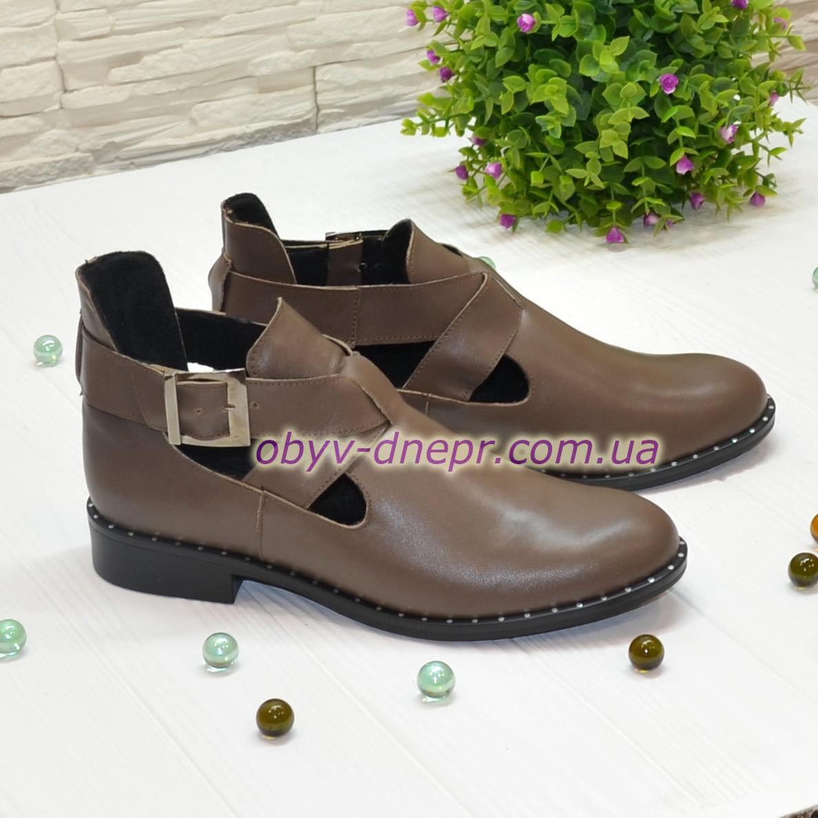 Ботинки кожаные демисезонные на низком ходу, декорированы ремешком. Цвет визон