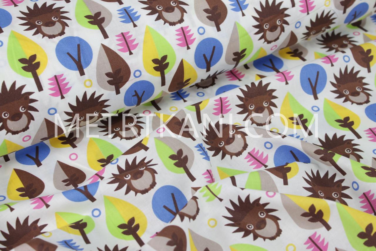 Тканина ,коричневі їжачки і дерева різних кольорів на білому тлі
