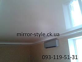 Белый глянцевый потолк в гостинной Черкассы
