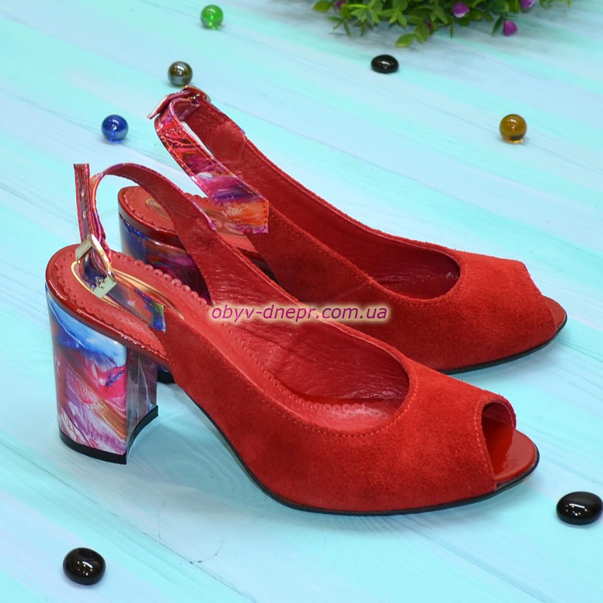 Женские замшевые босоножки на устойчивом высоком каблуке, цвет красный