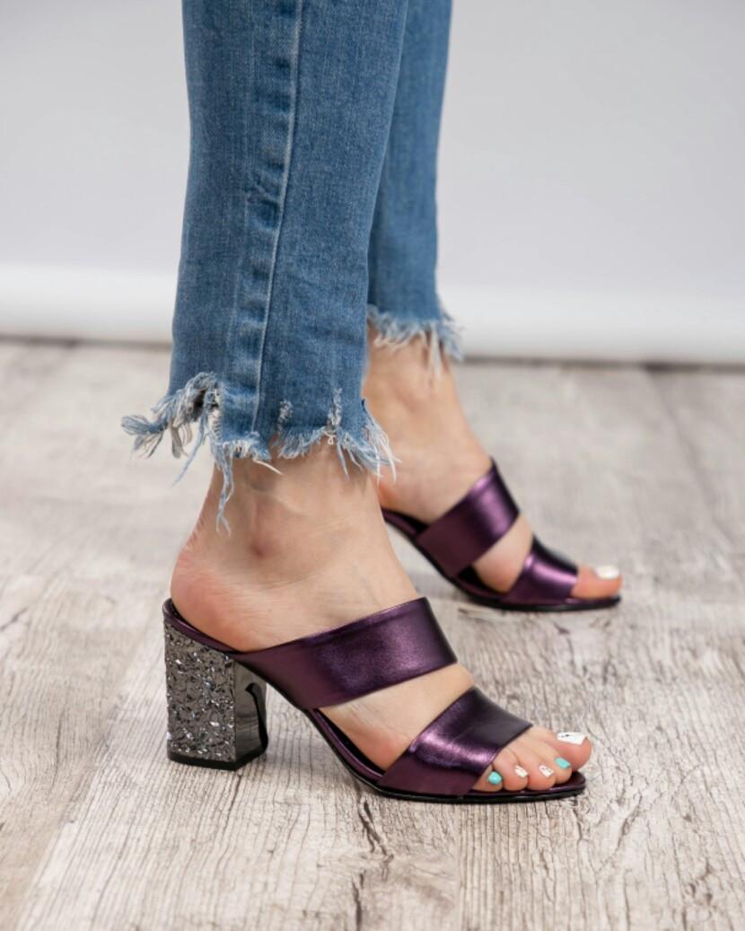 Босоножки на рельефном каблуке фиолетовые
