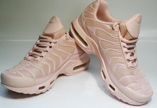 f3c21b69 Создателем Nike Air Max Plus стал МакДауэлл. Вдохновение модельер нашел в  листьях пальм, которые полностью покрывают стопу. Верх сделали из  эластичного ...