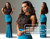 Вечернее платье в пол прилегающего силуэта, в нижней части юбки - пышная оборка, декорировано вставками из черного гипюра, голубое