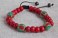 Красный браслет из каменных и металлических бусин