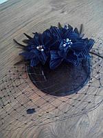 Черная шляпка с синими цветами и вуалью