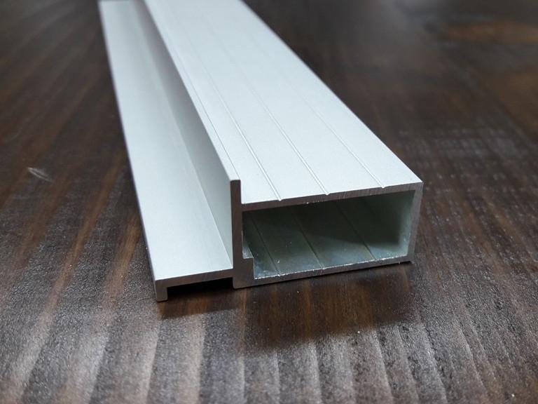 Алюминиевый профиль четверти для дверных полотен под скрытую коробку.