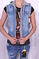 Женская джинсовая желетка с капюшоном