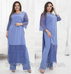 Женский брючный костюм больших размеров: блуза-туника с кружевом и брюки (в расцветках)