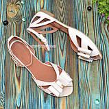 Женские кожаные босоножки на низком ходу с бантиком, цвет бежевый, фото 4