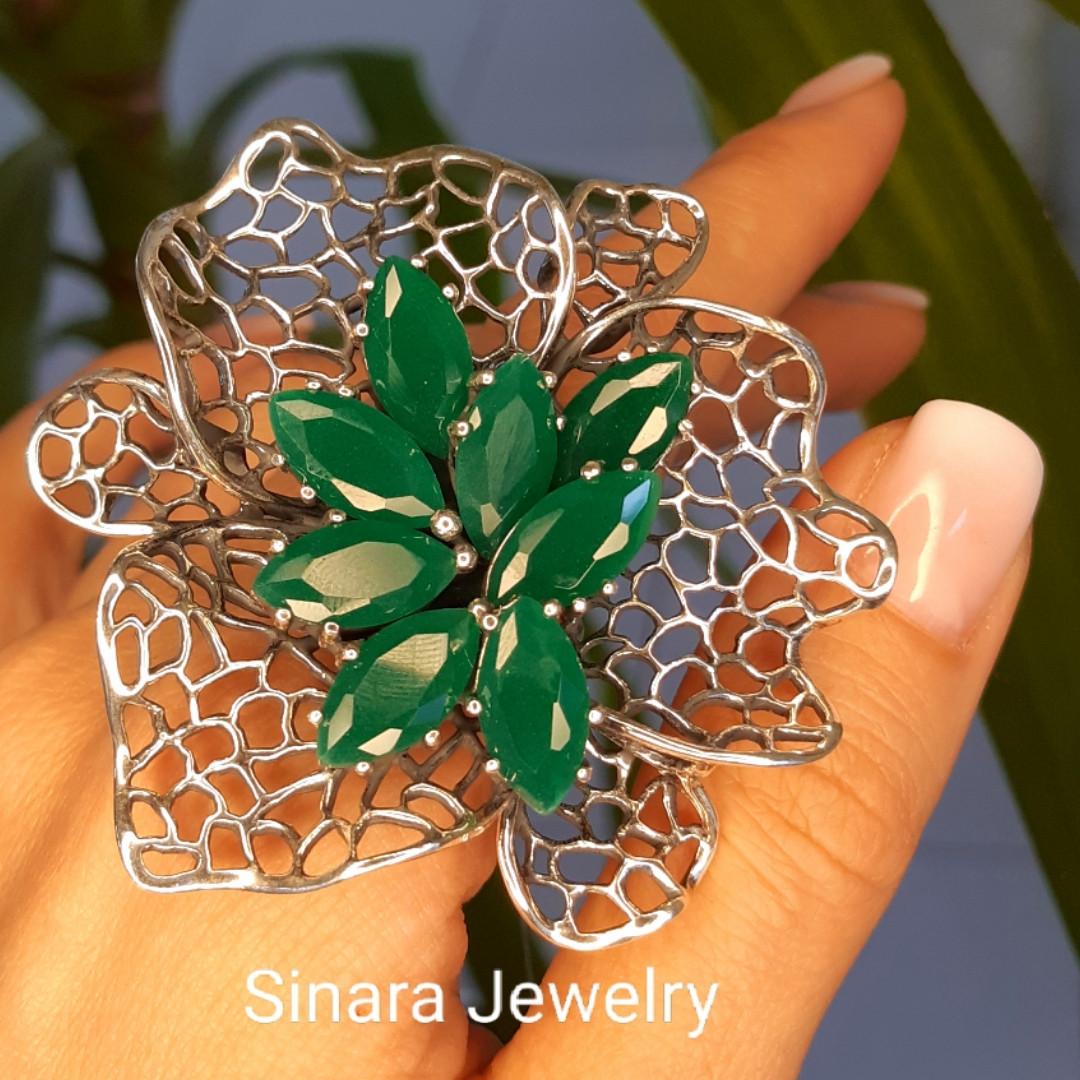 Роскошное Коктейльное серебряное кольцо с изумрудными фианитами