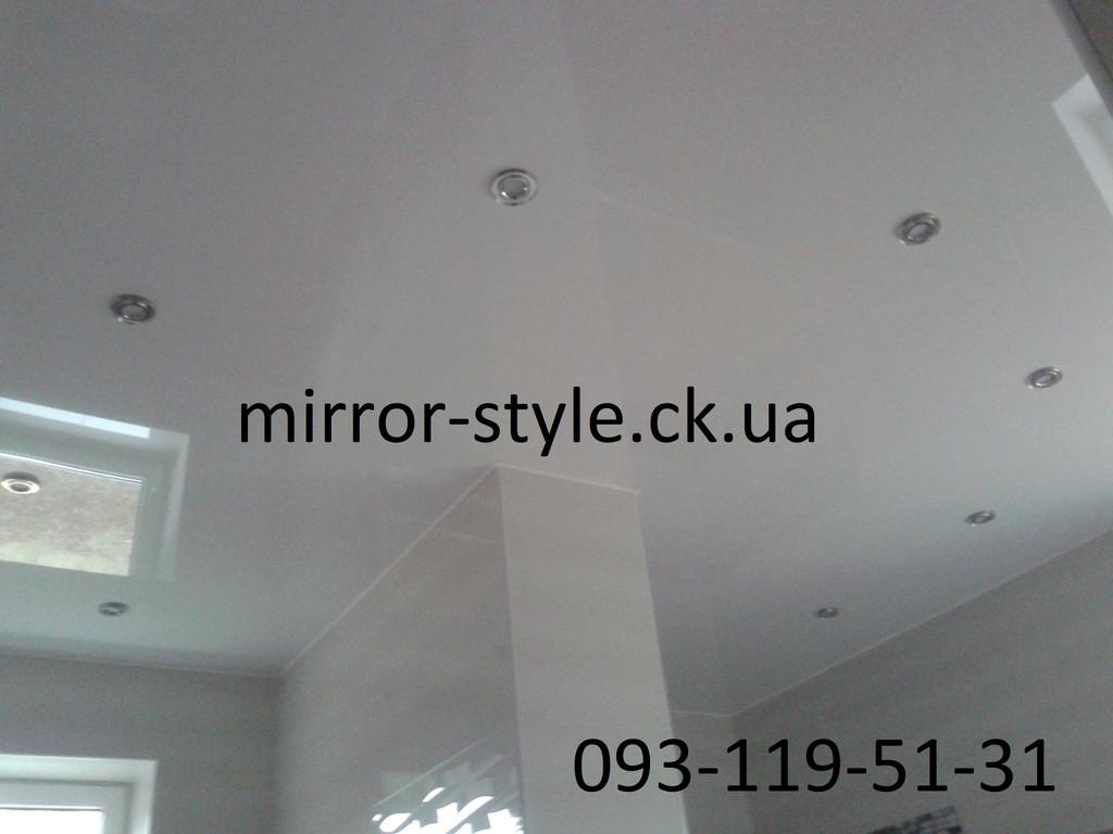 Белый глягцевый натяжной потолок в ванной комнате