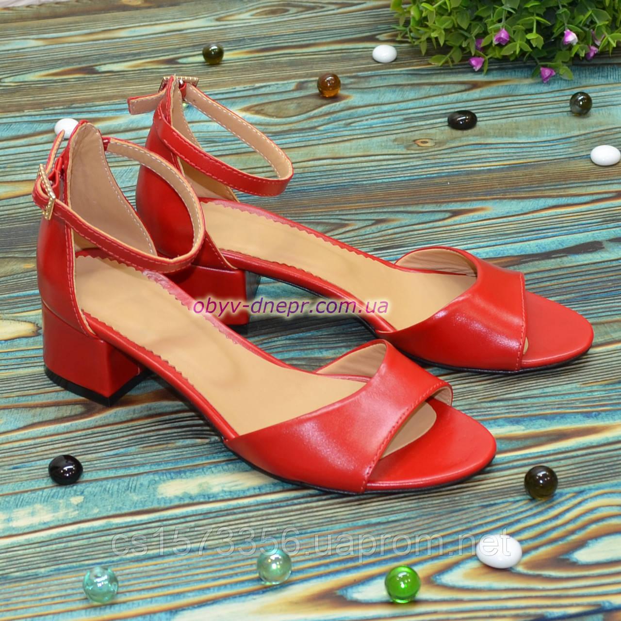 Босоножки женские кожаные на невысоком каблуке, цвет красный