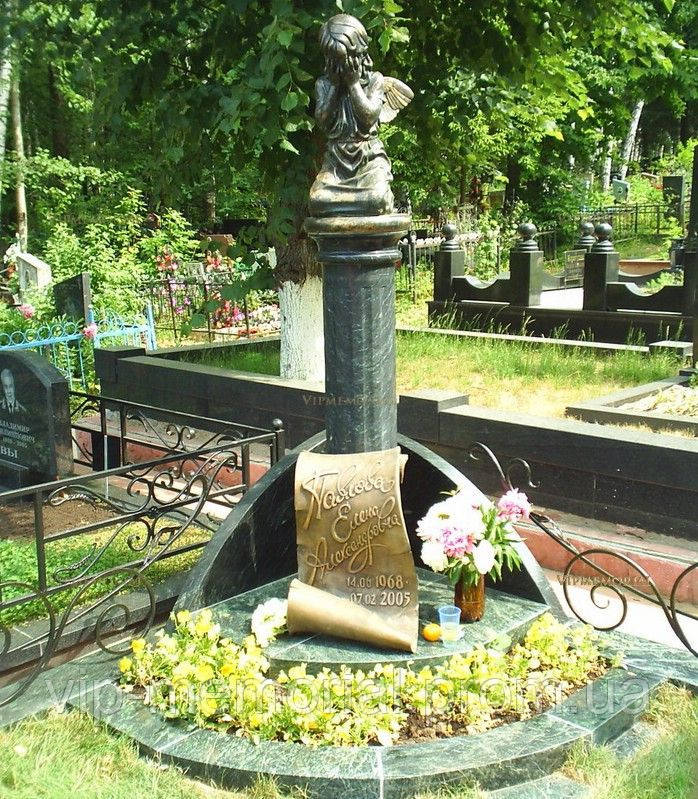 Скульптура на кладбище С-121
