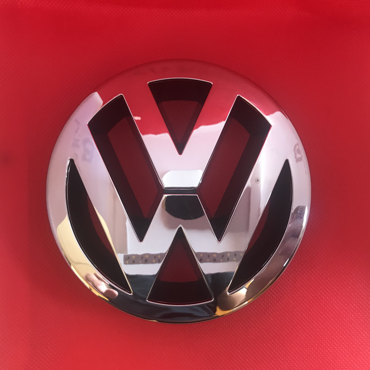 Эмблема логотип Volkswagen Фольксваген  VW Golf 5  Polo 02-09, Caddy 04-09, на решетку радиатора 1T0853601A