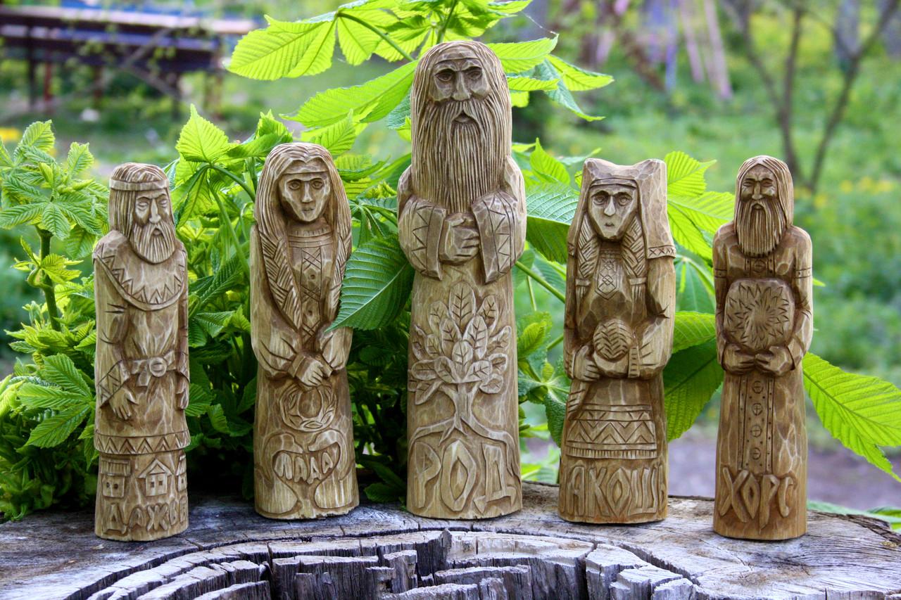 Ідоли-статуетки слов'янських богів вирізані з дерева