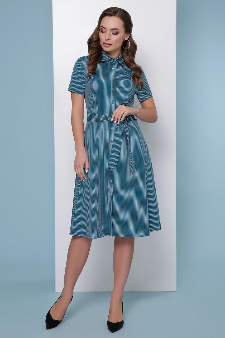 Приталенное платье-рубашка с короткими рукавами средней длины в полоску зеленое