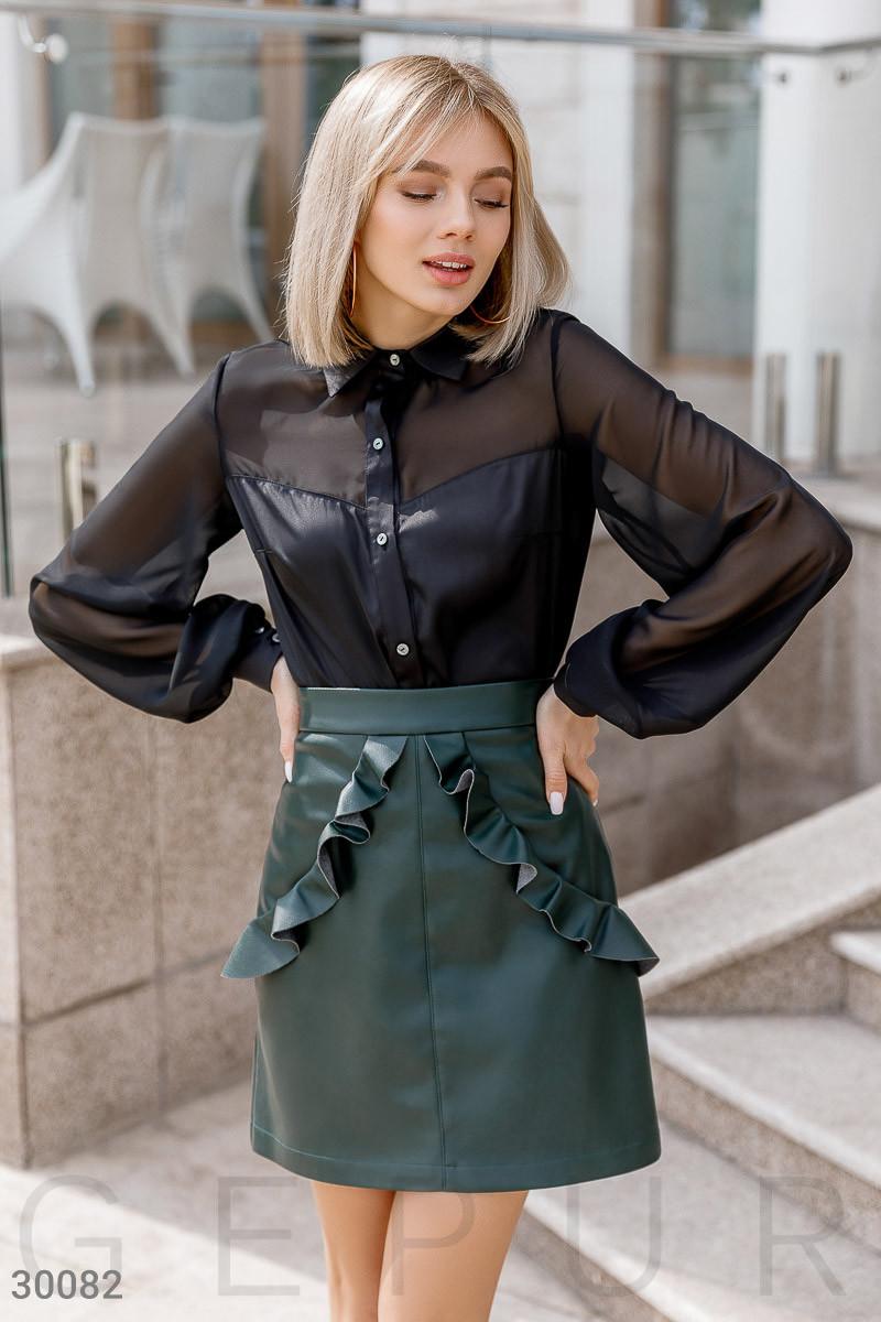 Короткая юбка-трапеция с оборками из эко-кожи зеленая