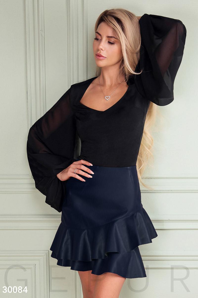 Короткая юбка из эко-кожи с объемными оборками синяя