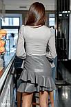 Короткая юбка из эко-кожи с объемными оборками серая, фото 4