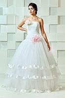 Свадебное платье с атласными лентами и розовыми цветами