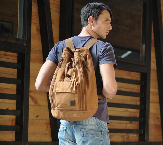 Парень с рюкзаком вид сзади