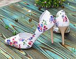 Жіночі шкіряні туфлі на шпильці, колір біла шкіра з квітковим принтом, фото 2