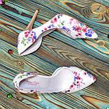 Жіночі шкіряні туфлі на шпильці, колір біла шкіра з квітковим принтом, фото 4
