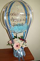 Букет в коробочке с цветами и Шар Баблс с индивидуальной надписью и перьями blue sea
