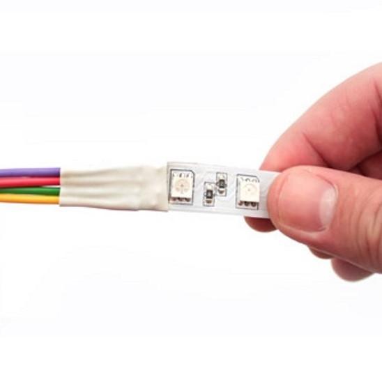На фото показано использование термоусадочной трубки при монтаже светодиодной ЛЕД LED-ленты