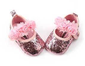 Пинетки на девочку блестящие розовые с цветочками 0-9 мес