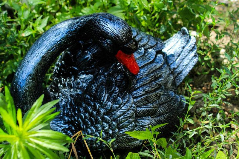 Садовая фигура лебедь (черный) 20 / 30 см.