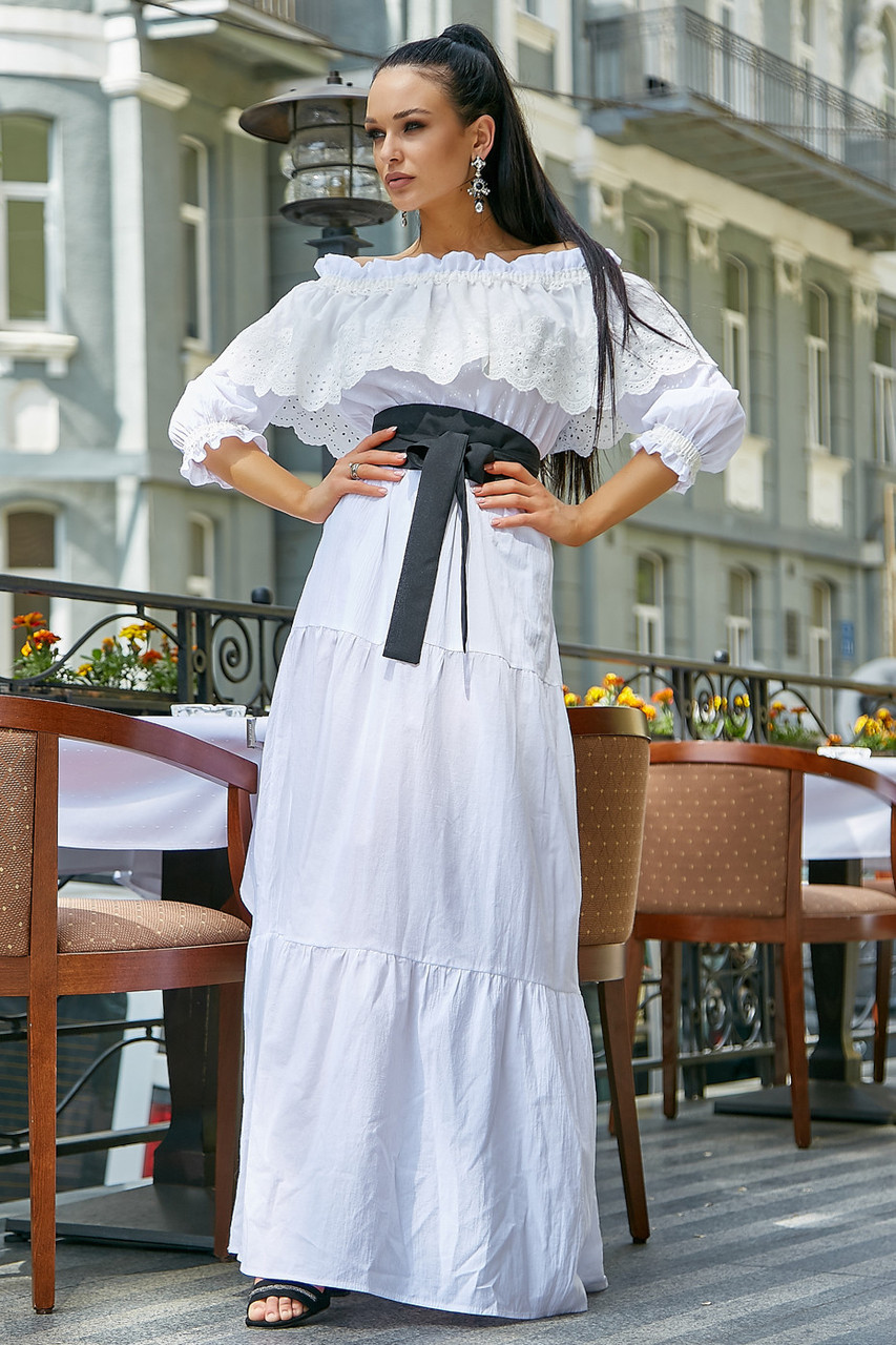 Белое летнее платье длинное с открытыми плечами