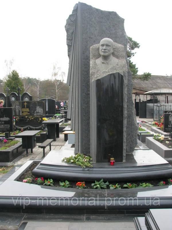 Скульптура на кладбище С-181