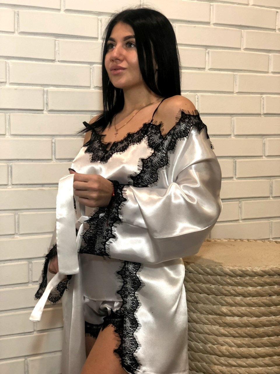Білий халат+ майка і шорти чорний з мереживом-комплект.