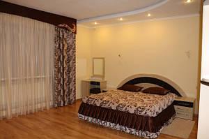 Жесткий ламбрекен и покрывало на двуспальную кровать. Ламбрекен пошит на ширину карниза 4,5 метра. Ткань блэкаут. Шторы плотные, не пропускают солнечный свет. Заказ оформлен на сайте покупателем из Одессы
