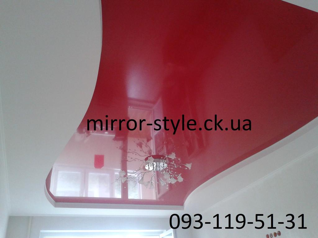 Красный глянцевый криволинейный сложный натяжной потолок в зале Черкассы