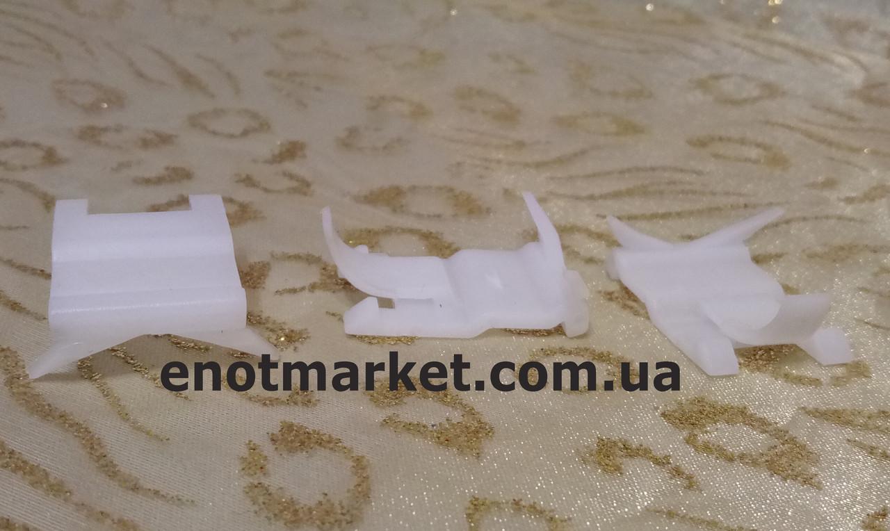 Фигурное крепление молдингов стекла Kia. ОЕМ: 8321922000, 83219-22001