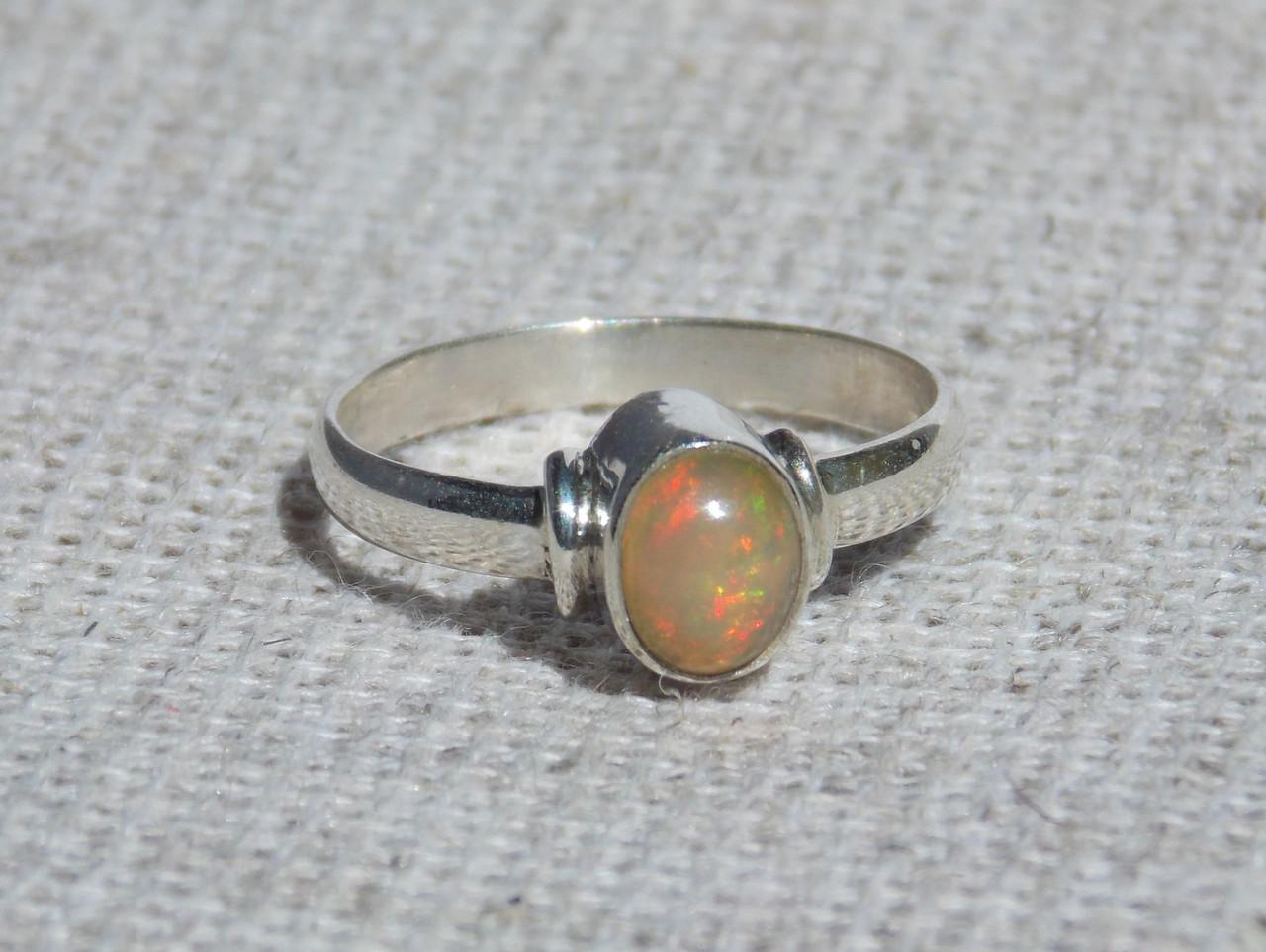 Серебряное кольцо с эфиопским опалом 17 размера. Кольца с камнями