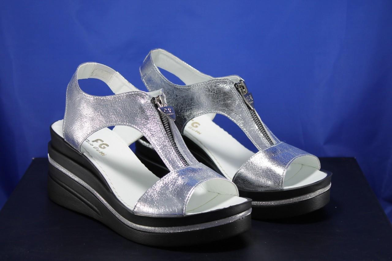 Сріблясті шкіряні жіночі босоніжки на танкетці Fabio Gutti