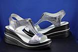 Сріблясті шкіряні жіночі босоніжки на танкетці Fabio Gutti, фото 5