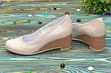 Женские классические бежевые туфли на невысокой устойчивой платформе, натуральные лак и кожа, фото 3