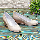 Женские классические бежевые туфли на невысокой устойчивой платформе, натуральные лак и кожа, фото 2