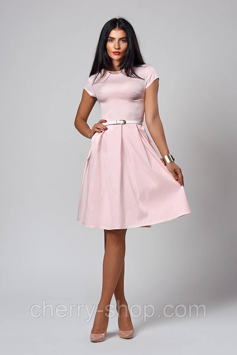 Женское платье нежного цвета с тонким пояском на талии