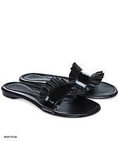 Черные летние модные стильные женские лаковые шлепанцы со рюшем из натуральной кожи и на низком ходу. Арт-3334
