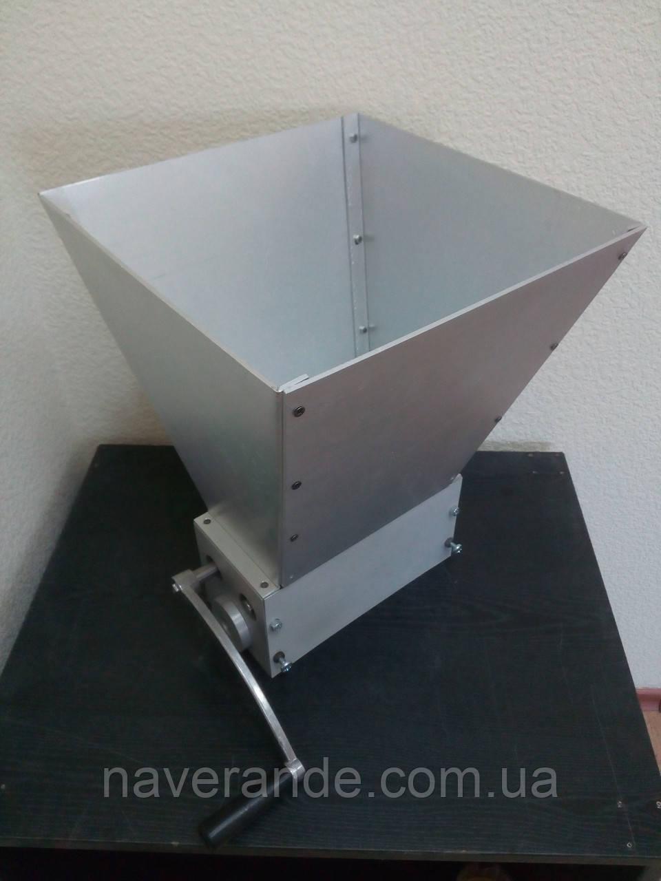 Мельница для солода трех-вальцовая с бункером и ручкой (56х200мм) - Снята с производства